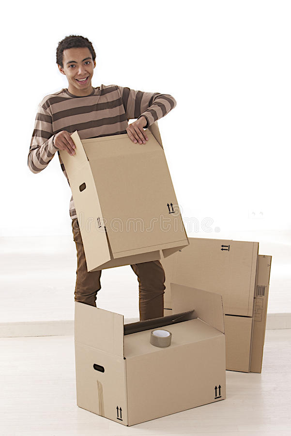 Homem novo que mooving do apartamento fotografia de stock royalty free