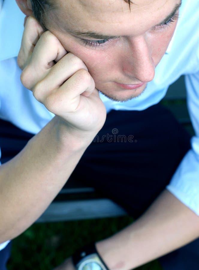 Homem novo que pensa e que pondering foto de stock