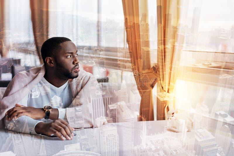 Homem novo que pensa sobre a vida imagem de stock royalty free
