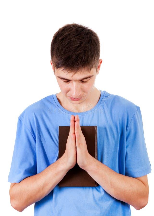 Homem novo que praying fotografia de stock royalty free