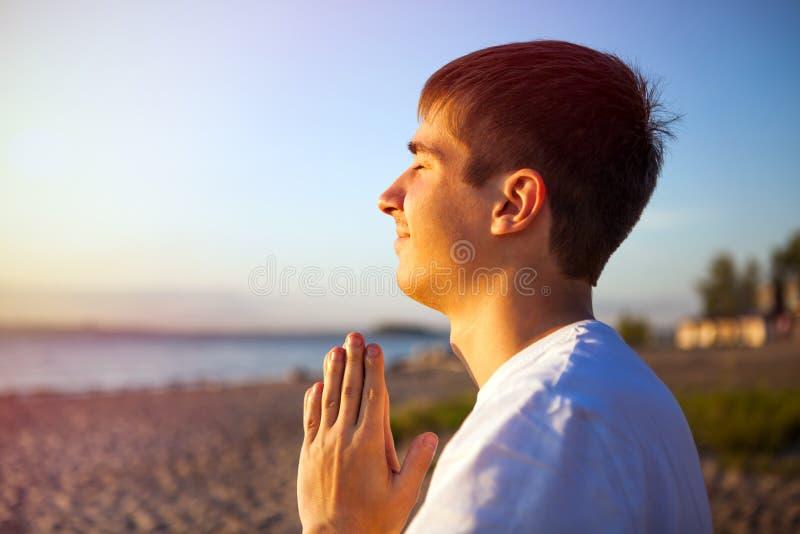 Homem novo que praying fotos de stock
