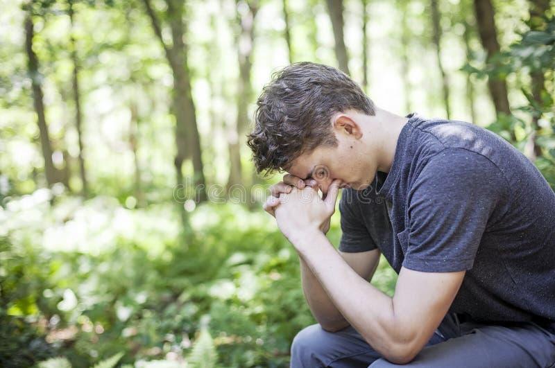 Homem novo que praying