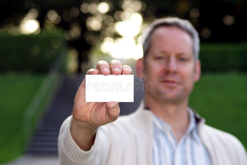 Homem novo que prende um cartão em branco 2 imagens de stock