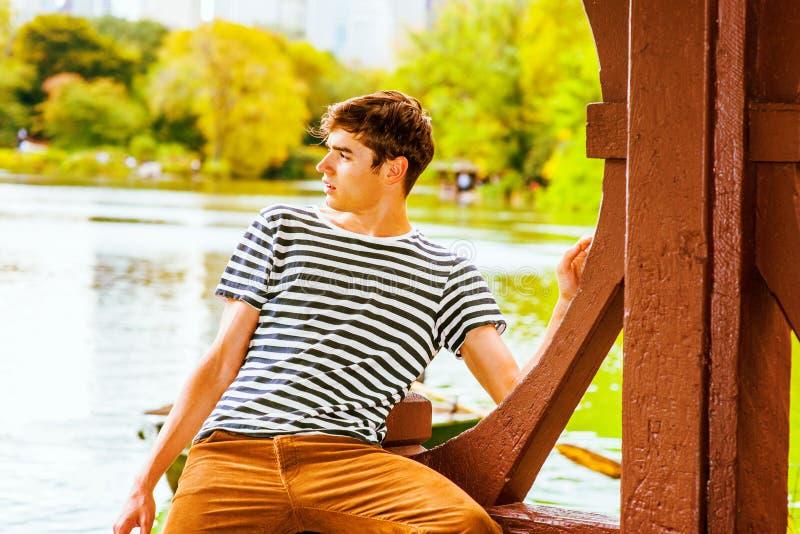 Homem novo que relaxa no Central Park, New York imagens de stock