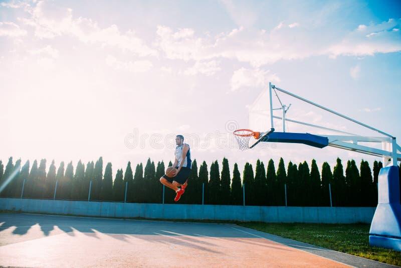 Homem novo que salta e que faz um afundanço fantástico que joga o stree foto de stock royalty free