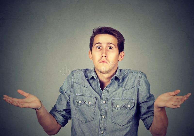 Homem novo que shrugging ombros que se importa assim que o don& x27 de I; t sabe imagem de stock