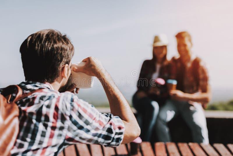 Homem novo que toma a foto de pares de sorriso no parque fotografia de stock