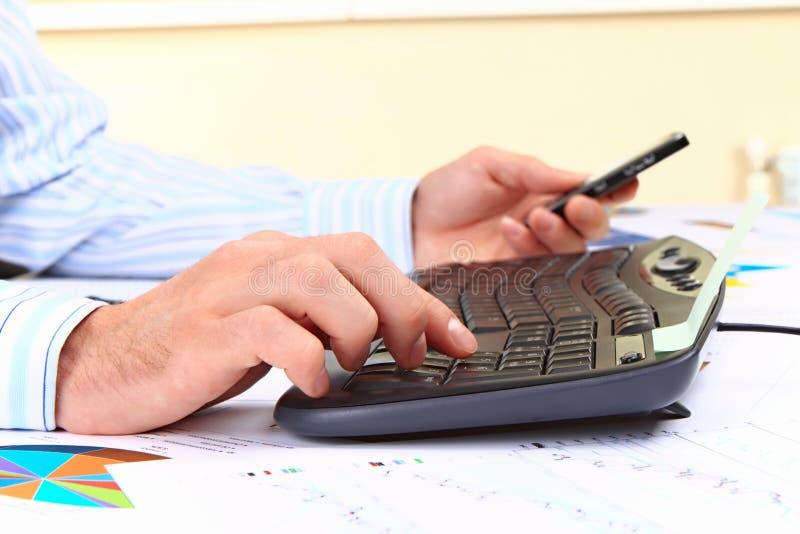 Download Homem Novo Que Trabalha No Computador No Escritório Imagem de Stock - Imagem de colar, incorporado: 16854149