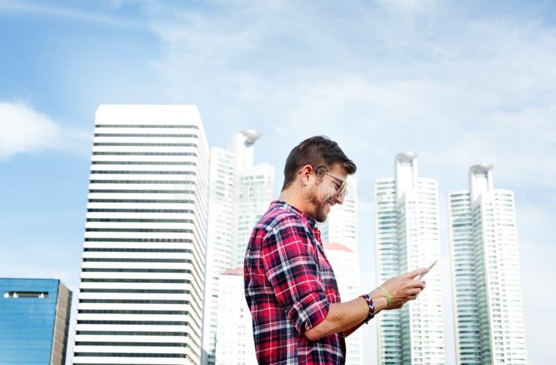 Homem novo que usa o conceito da consultação Smartphone fotos de stock royalty free