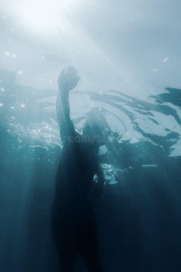 Homem novo que usa o estilo da natação do rastejamento fotografia de stock royalty free