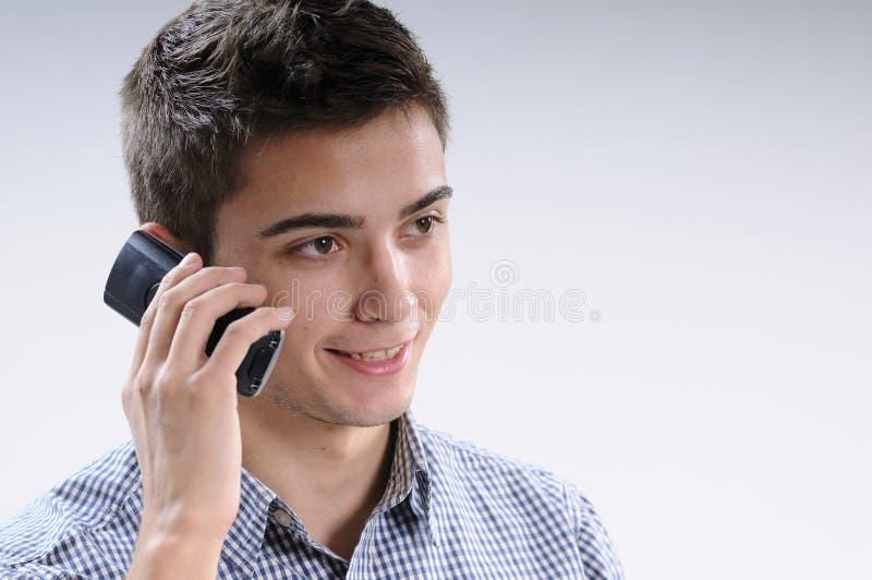 Homem novo que usa o móbil