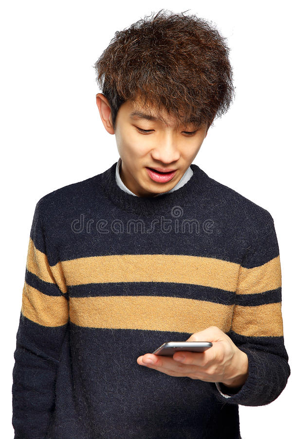 Homem novo que usa o telefone celular no fundo branco imagem de stock royalty free