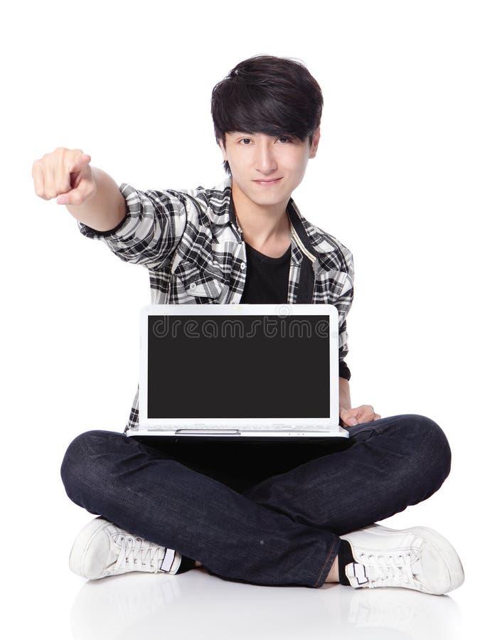 Homem novo que usa um portátil foto de stock royalty free