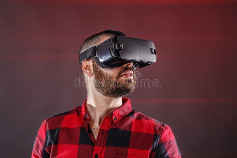Homem novo que usa VR imagem de stock royalty free