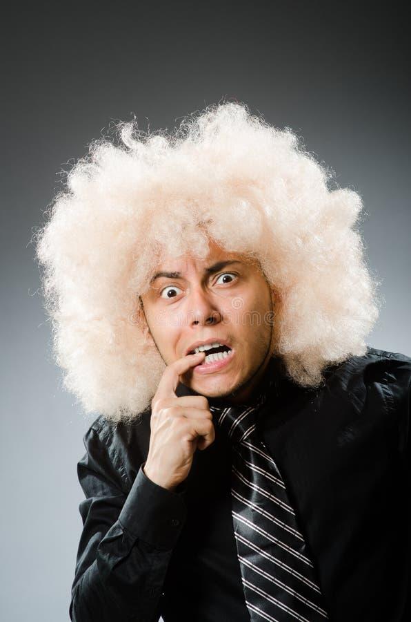 Homem novo que veste a peruca afro fotos de stock royalty free