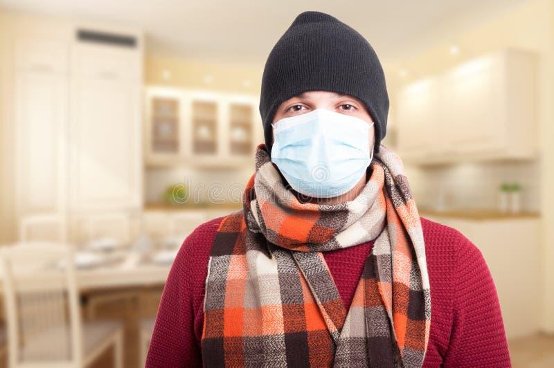 Homem novo que veste uma máscara protetora foto de stock