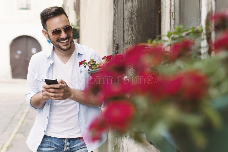 Homem novo romântico surpreendente sua amiga fotos de stock