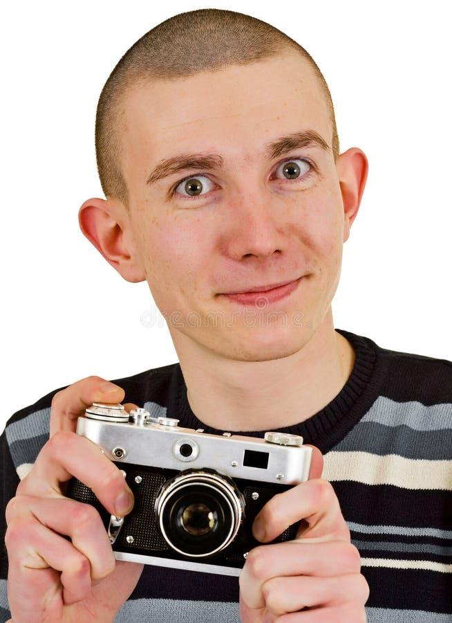 Homem novo satisfeito com a câmera da foto do vintage foto de stock
