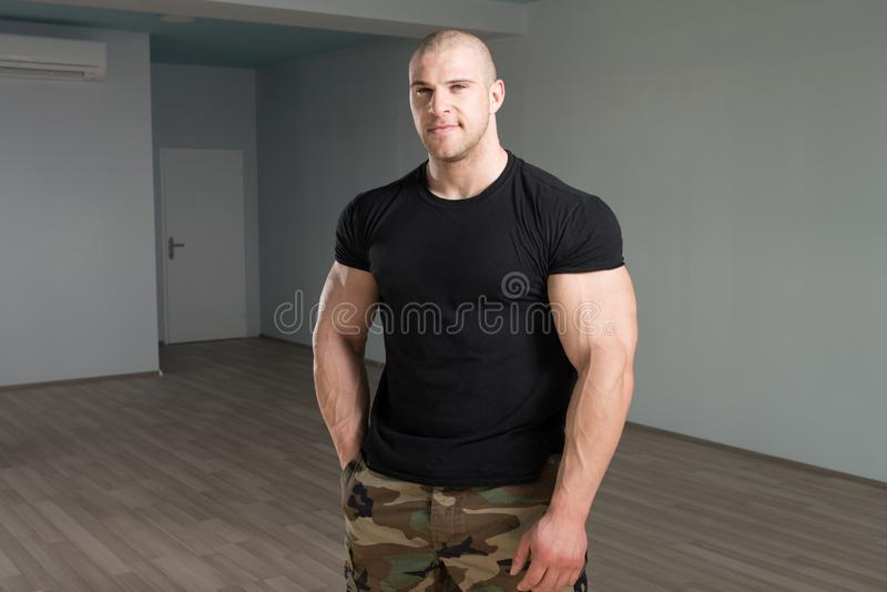 Homem novo saudável que dobra os músculos fotografia de stock royalty free