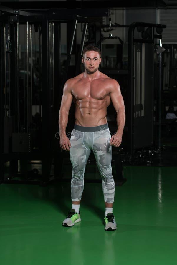Homem novo saudável que dobra os músculos foto de stock royalty free