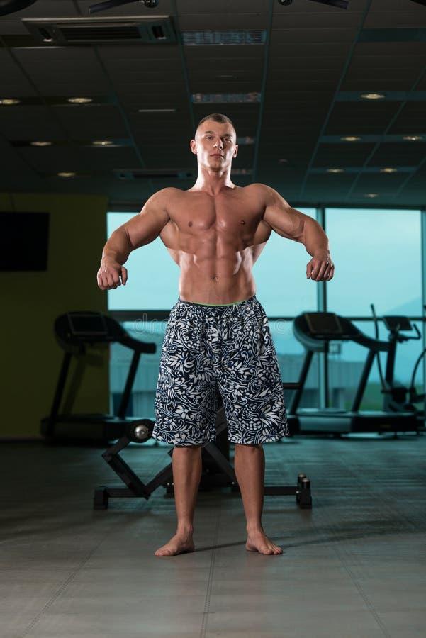 Homem novo saudável que dobra os músculos fotos de stock