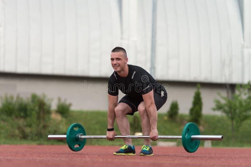 Homem novo saudável que faz o exercício para exterior traseiro fotos de stock royalty free