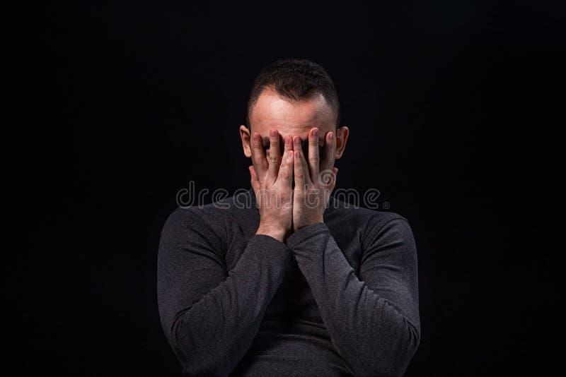 Homem novo Scared foto de stock royalty free