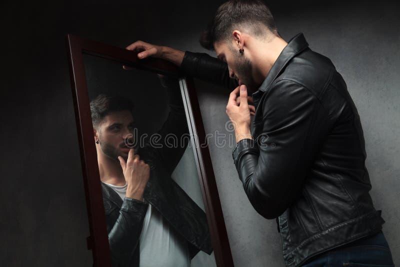 Homem novo 'sexy' do Narcissist que admira-se no espelho fotografia de stock
