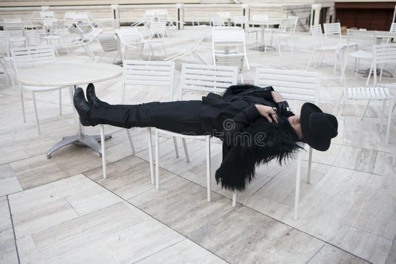 homem novo sob a forma de um toureiro que encontra-se nas cadeiras, descansando foto de stock royalty free