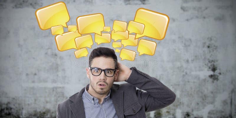 Homem novo surpreendido com os petiscos da conversação imagens de stock royalty free