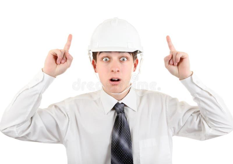 Homem novo surpreendido no capacete de segurança imagem de stock royalty free