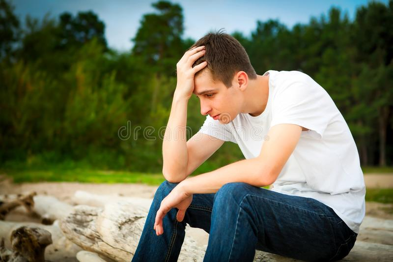 Homem novo triste exterior foto de stock royalty free
