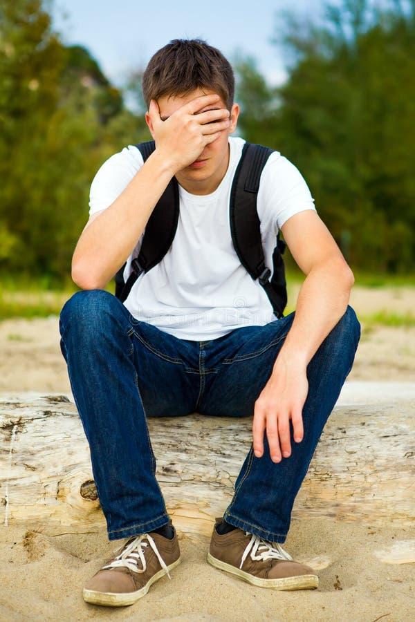 Homem novo triste exterior foto de stock