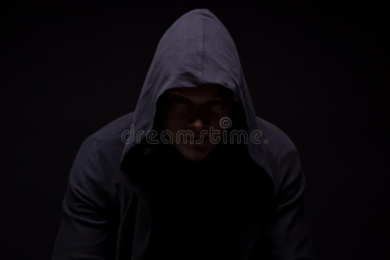 Homem novo triste na capa fotografia de stock