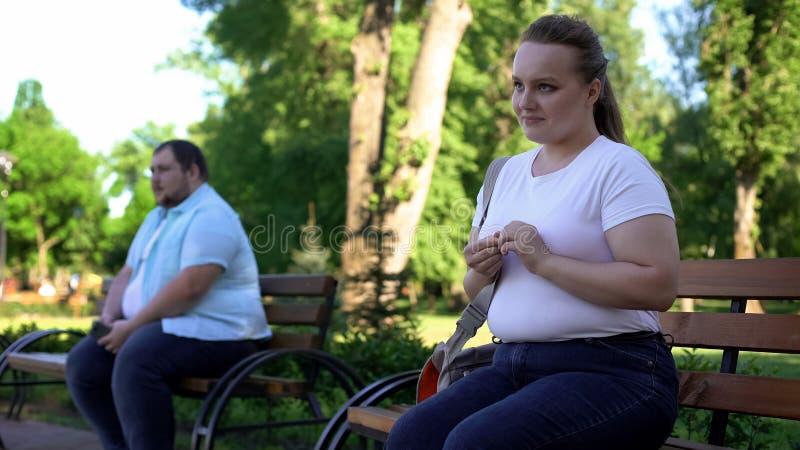 Homem obeso tímido e mulher incerta receosos obter familiar, inexperiente imagem de stock royalty free