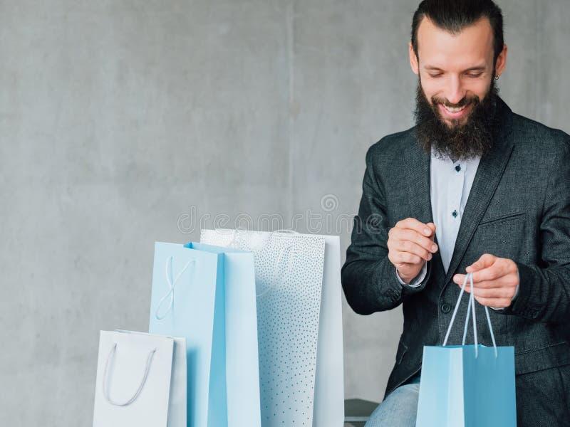 Homem ocasional de compra do lazer da apreciação para sentar sacos fotografia de stock