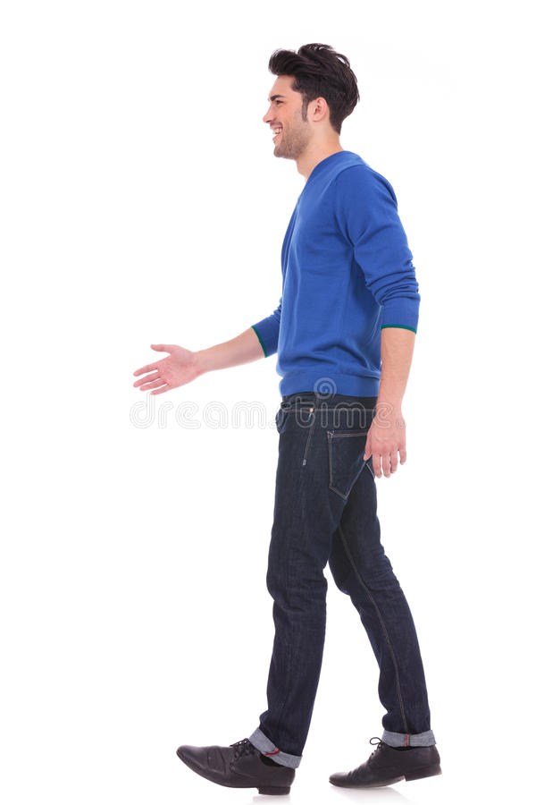 Homem ocasional na calças de ganga e no passeio da camisa imagens de stock royalty free