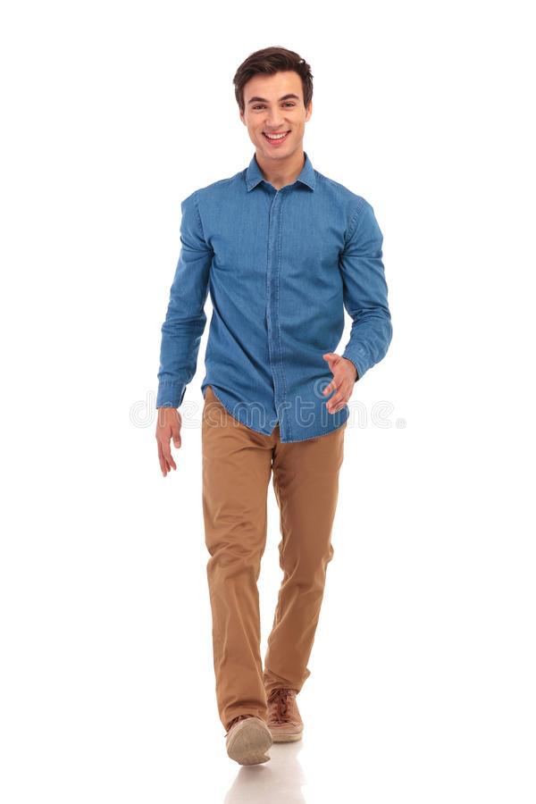 Homem ocasional novo feliz seguro que anda para a frente fotos de stock