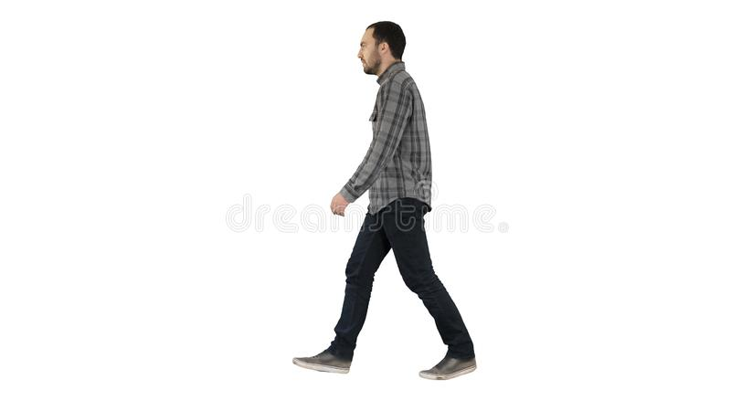 Homem ocasional novo que anda no fundo branco foto de stock