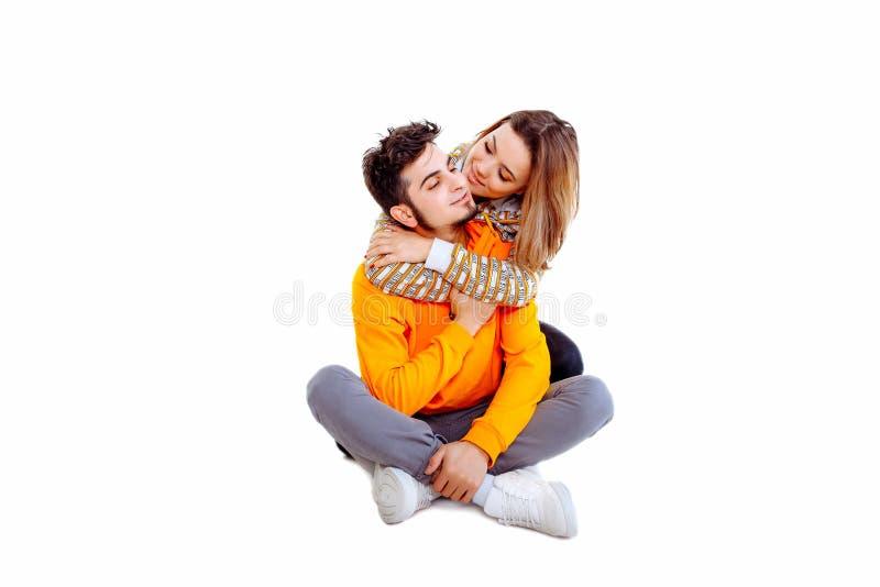 Homem ocasional novo que leva e que olha sua mulher imagens de stock