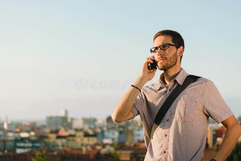 Homem ocasional profissional na chamada do trabalho do telefone celular foto de stock