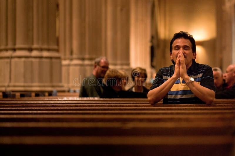 Homem ocasional que praying fotos de stock