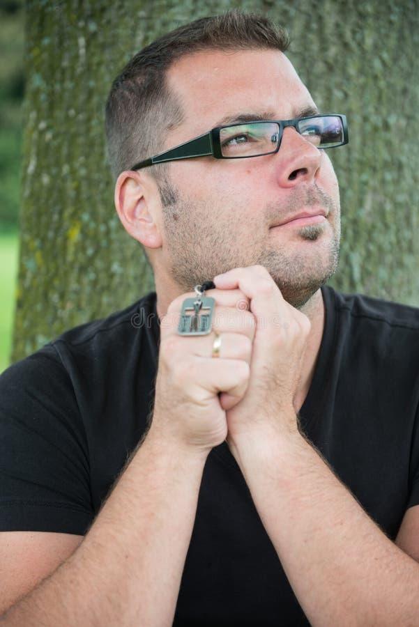Homem ocasional que praying fotografia de stock