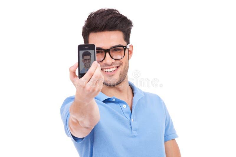 Homem ocasional que toma uma foto dsi mesmo fotos de stock