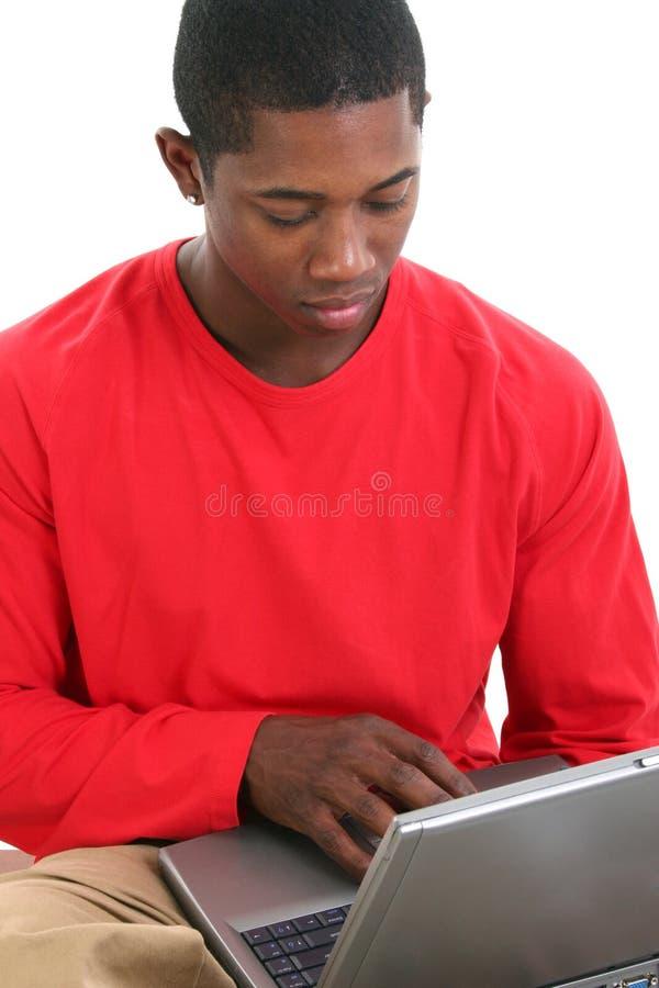 Homem ocasional que trabalha no portátil