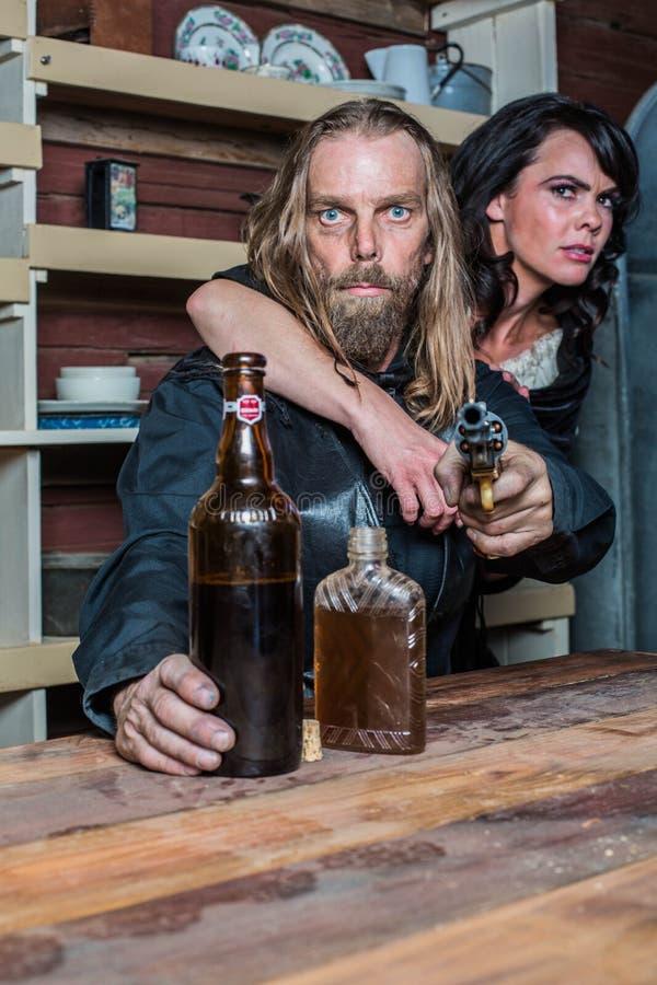 Homem ocidental enlouquecido com a mulher na tabela foto de stock