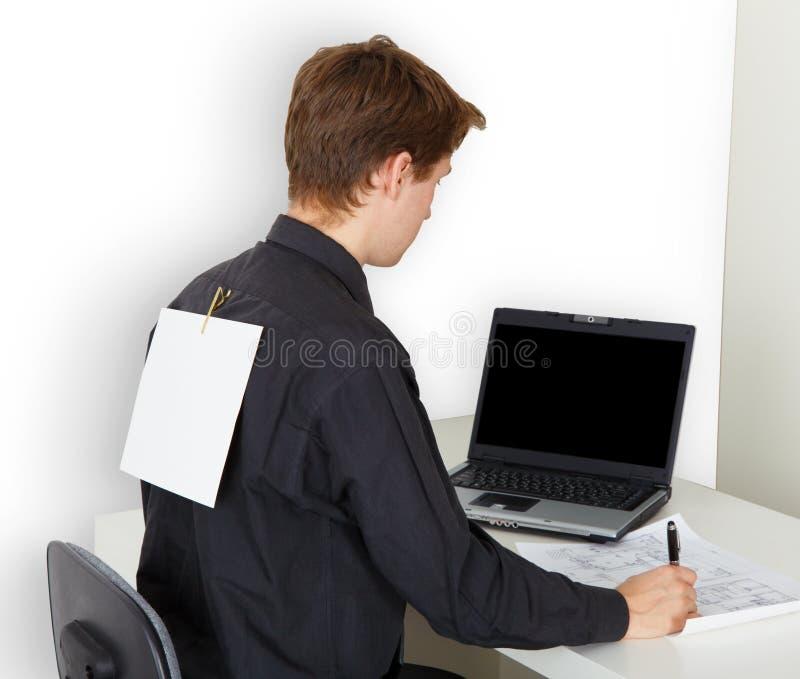 Homem ocupado com trabalho. No papel para trás anexado fotos de stock royalty free
