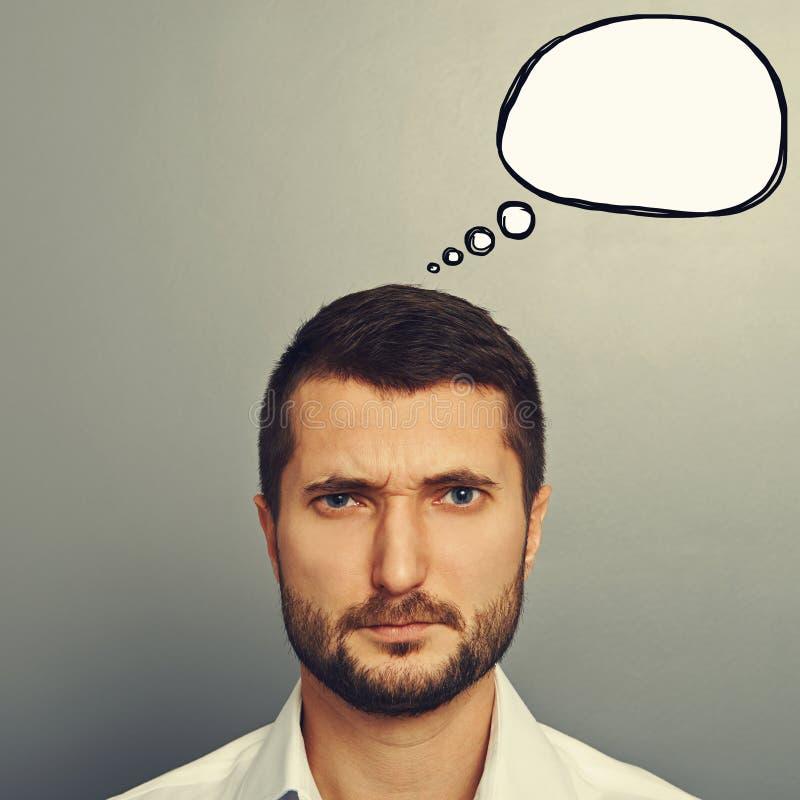 Homem olhando de sobrancelhas franzidas com bolha do discurso fotos de stock royalty free