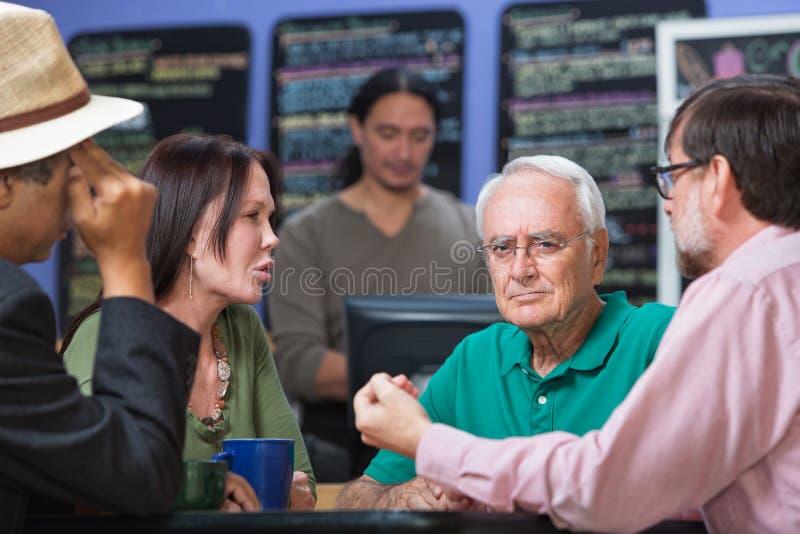 Homem olhando de sobrancelhas franzidas na casa do café imagem de stock