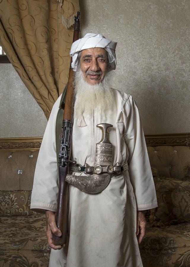 Homem omanense idoso com um rifle da caça fotografia de stock royalty free
